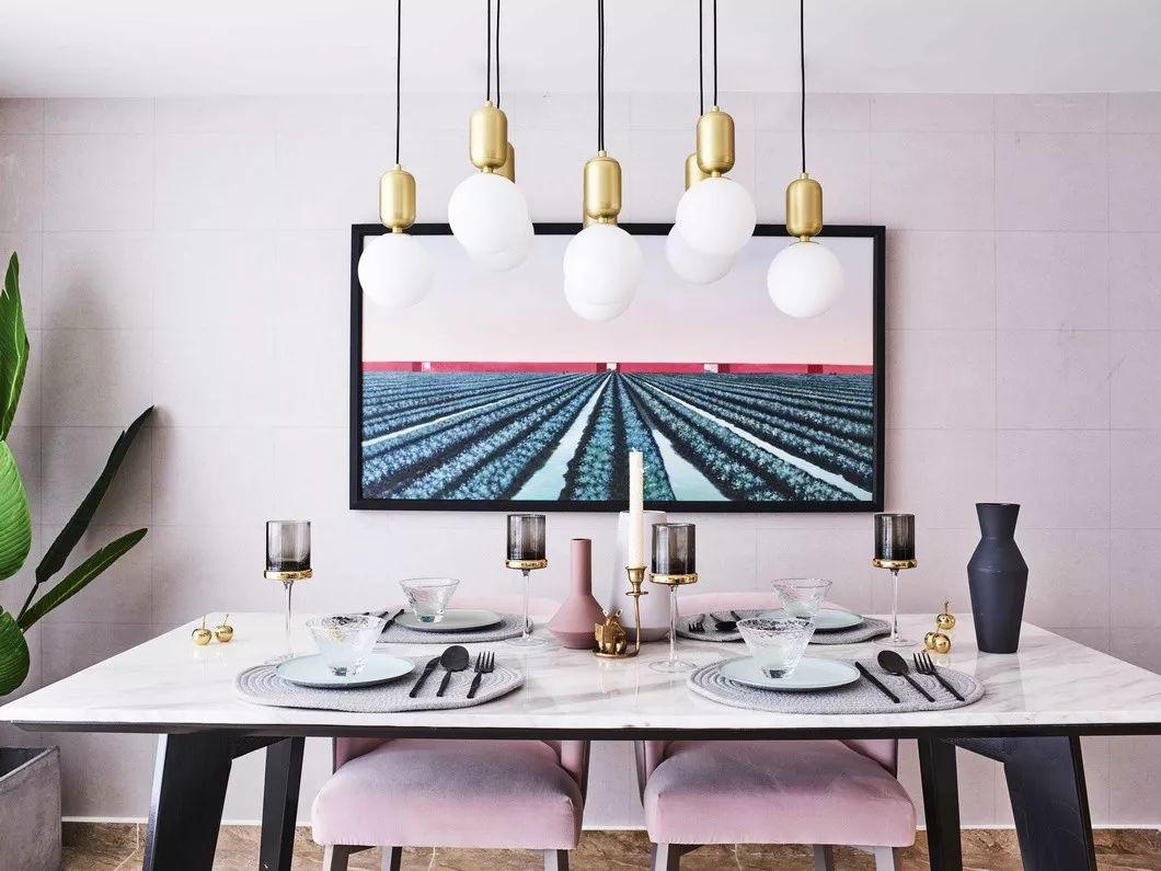 设计师用软装搭配弱化了餐区可能带给人的压抑感,整体的序列性与色调的调让人叹为观止。
