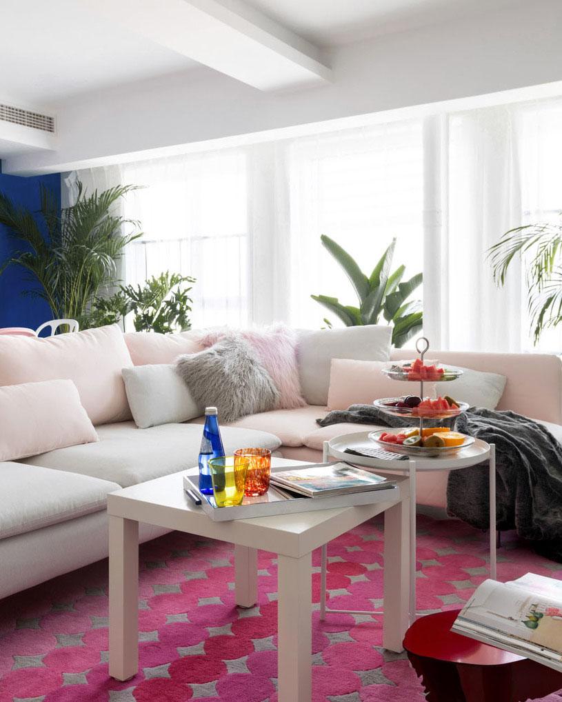 沙发选用灰色+婴儿粉,营造出甜美、柔和氛围。