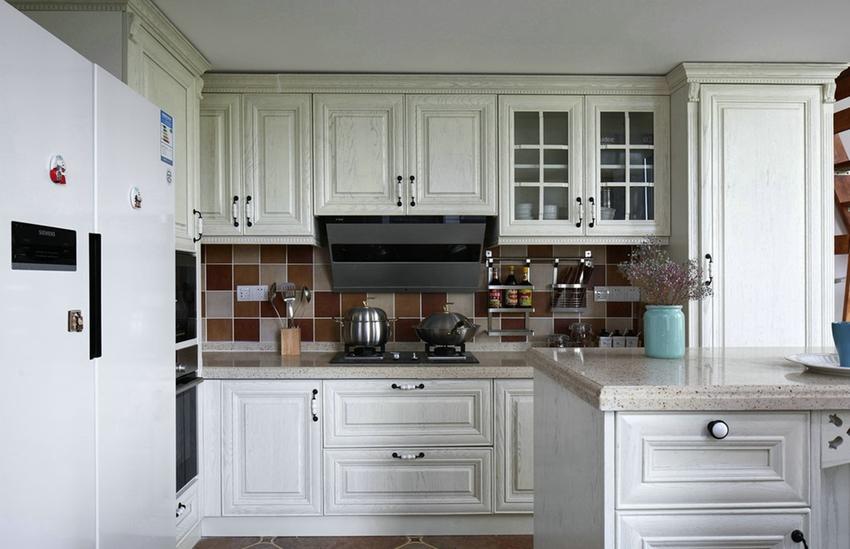 白色木纹橱柜,满满的美式气息,复古小方砖,是美式风格装修的宠儿。