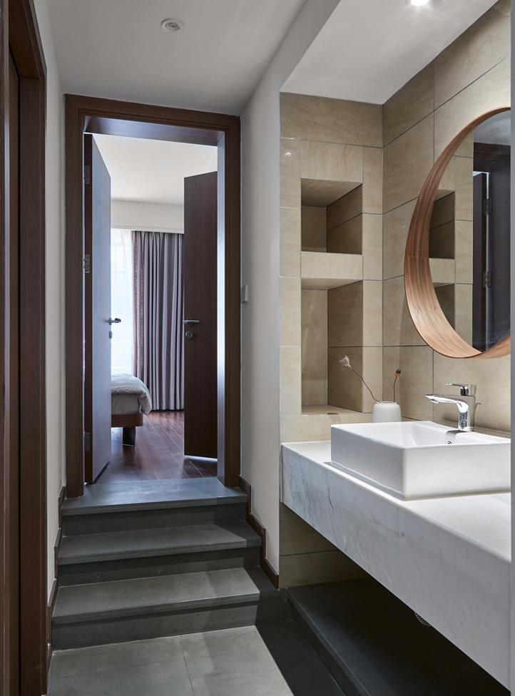 整个卫生间呈下沉式,私密性更强。简洁的设计和布置,让洗漱变成愉悦 的事情。