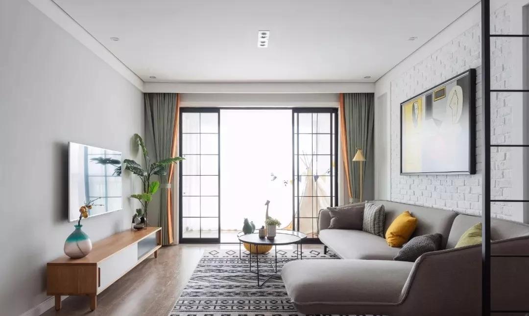 放眼整个客厅,干净敞亮,宽大的阳台与客厅推拉门巧妙隔离,黑框玻璃既不会阻碍阳光的摄入,还会增加时尚感