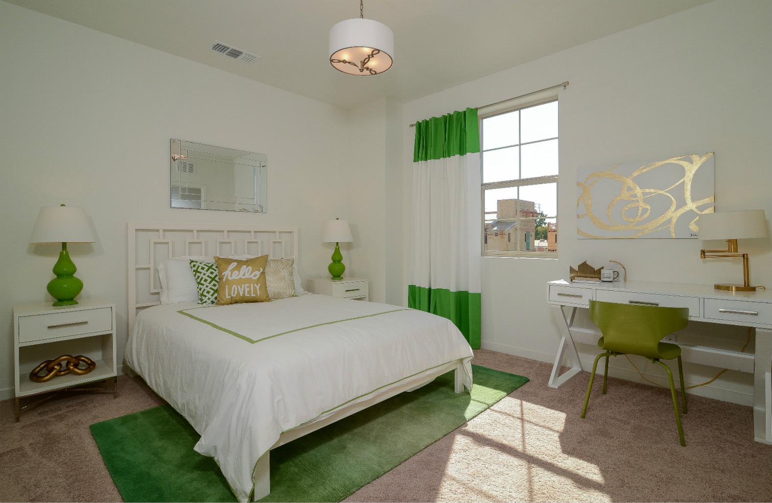 白色使得卧室看起来干净整洁,绿色的装饰是亮点,提亮了卧室亮度的同时也让人觉得很清新。