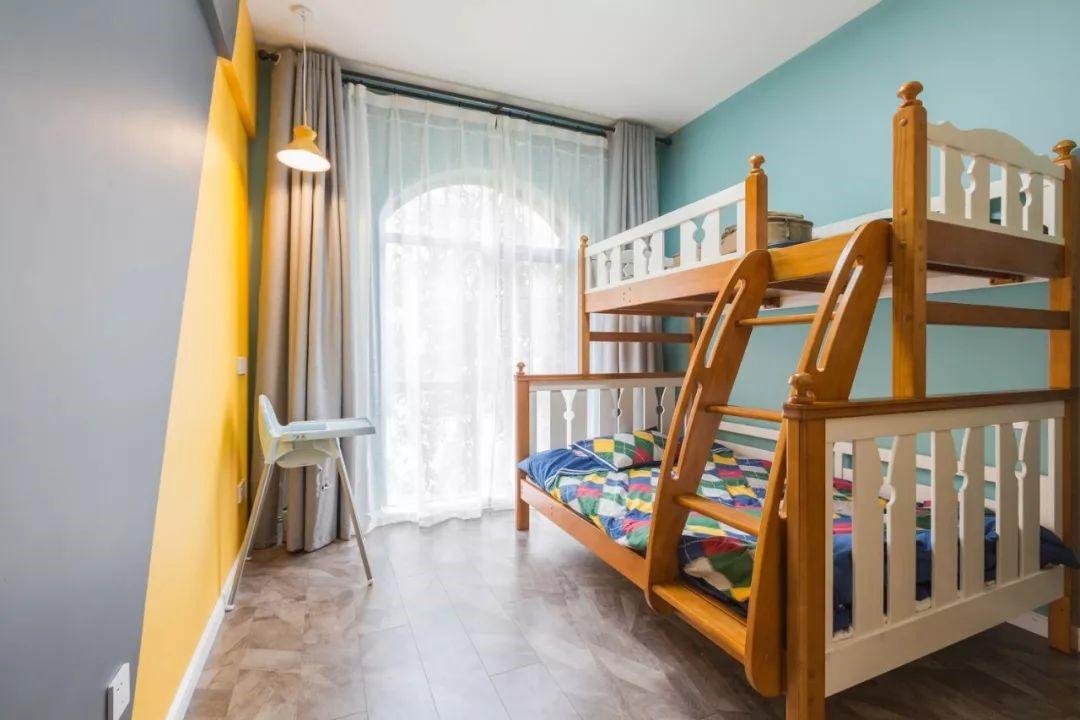 儿童房设计母子床,浅绿色与亮黄为空间增色,纱帘让居室显得更为柔美温和,营造童真的梦境。