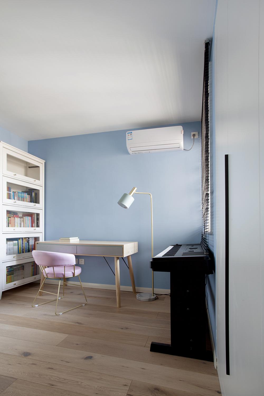 上下床以白色和粉色为主,木质的床架和书柜使整个空间富有质感,