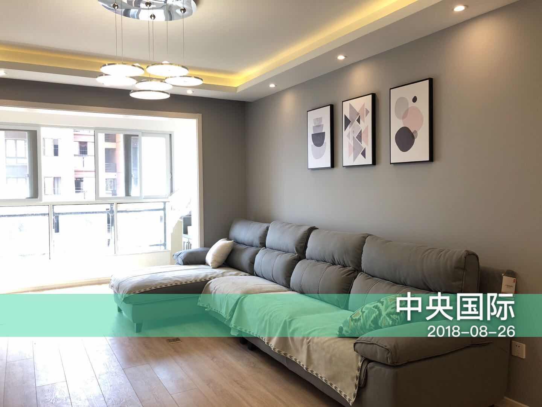 木质地板多了一丝自然的味道,室内采光很好,阳光洒进客厅,居室显得通透敞亮。