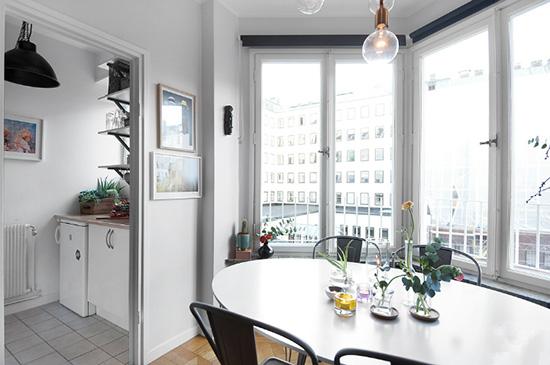 餐厅旁边就是厨房,拉门的设计可以阻隔油烟;看似迷你的空间,但是机能满满。