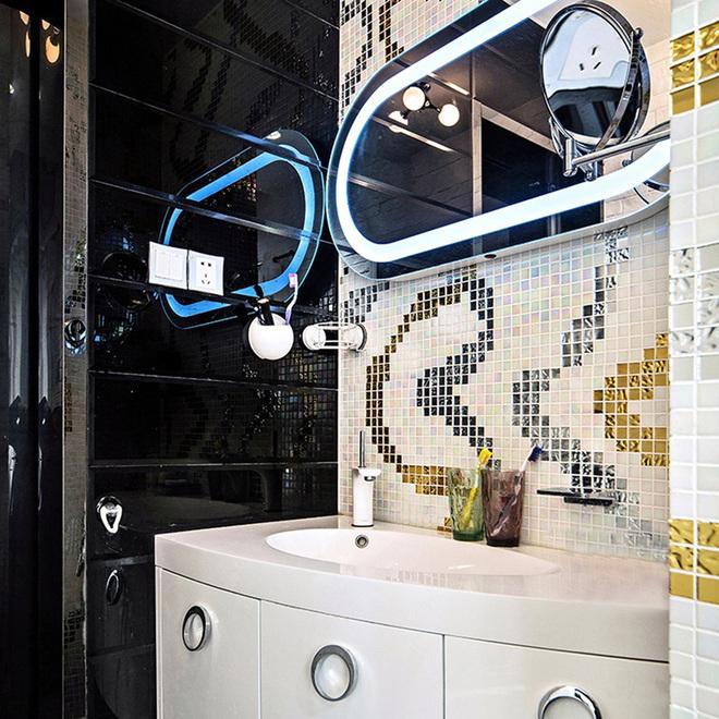 浴室由多种金属光泽的马赛克组成,舞动的线条,个性却不失张扬,灵动却不失酷感。