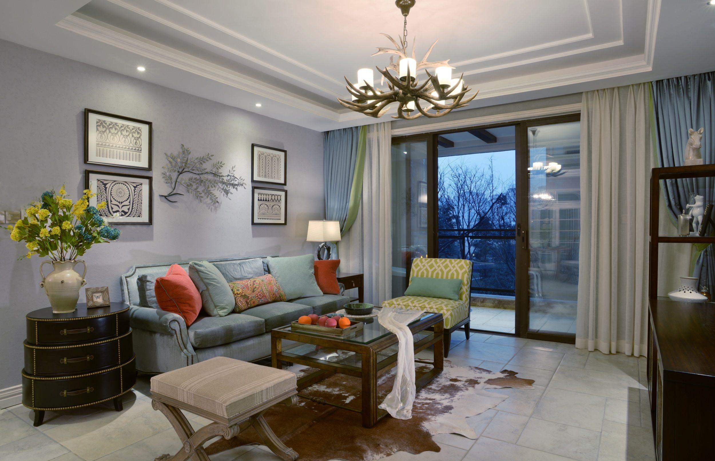 各种花型图案的布艺和挂饰,壁纸和窗帘都为它增色不少。鲜花和绿植更是极好的点缀,让人舒缓身心,减轻压力