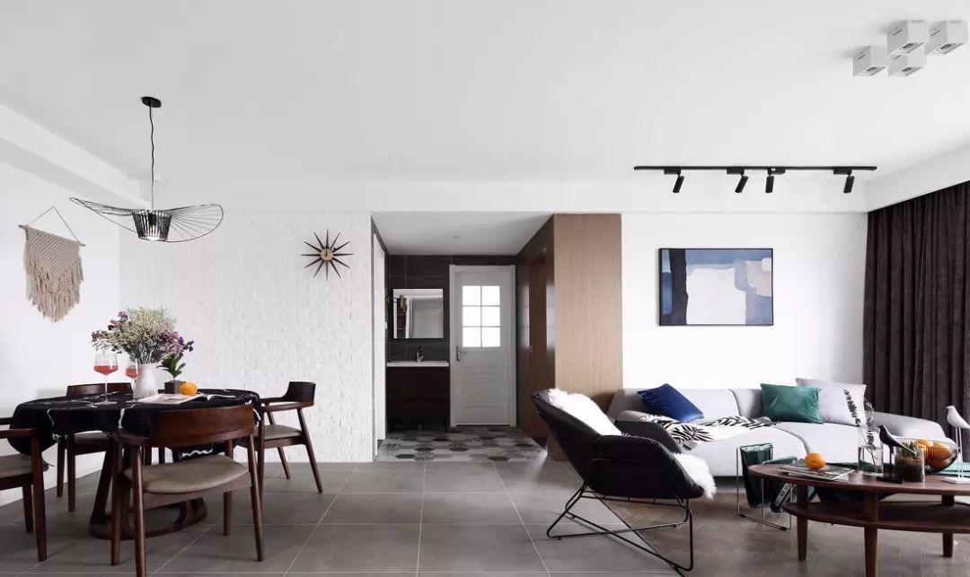 大面积冷色系的灰与白,视觉上加大了空间感,搭配桃木色的家具,一起花束的点缀,视觉上摆脱了单调乏味。
