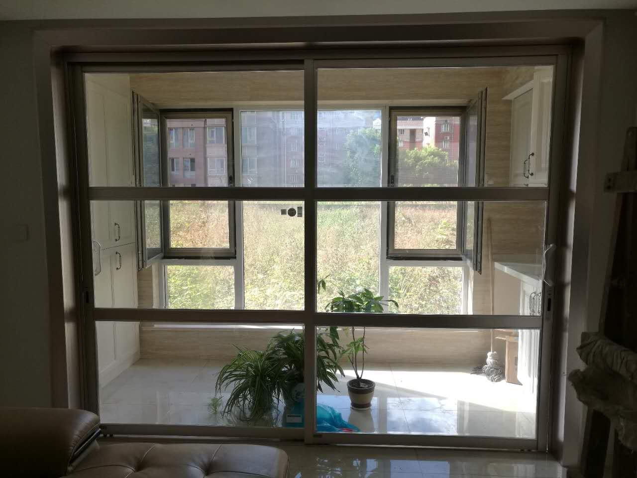 封闭阳台空间很大,为了充分利空空间在阳台左边打造了一面储物柜,右侧水盆和洗衣机,也好晾衣。