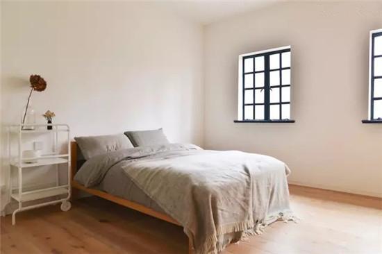 宽敞的卧室使人在卧室休憩的时光充满了能量,卧室内整面定制衣柜保证了生活收纳的需求。