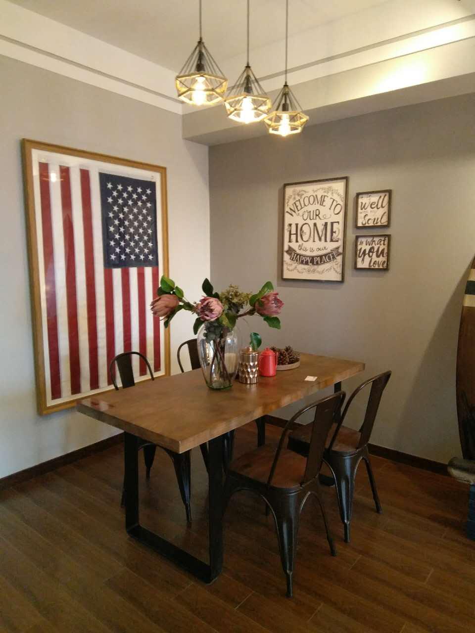 餐厅里,三组灯具裸露的管线个性十足;大幅美国国旗凸显了整体家居的质感。