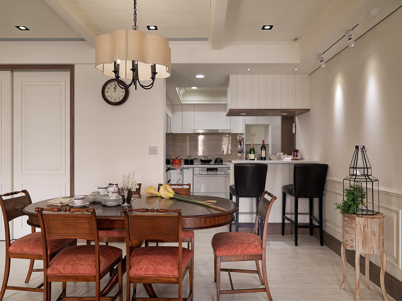 餐厅设置在入户区域,与厨房相邻,侧面木作一组白色储物柜赋予多重功能。