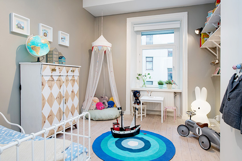 儿童房的布置很温馨,儿童房里的大块地毯将变成宝宝的娱乐天堂。