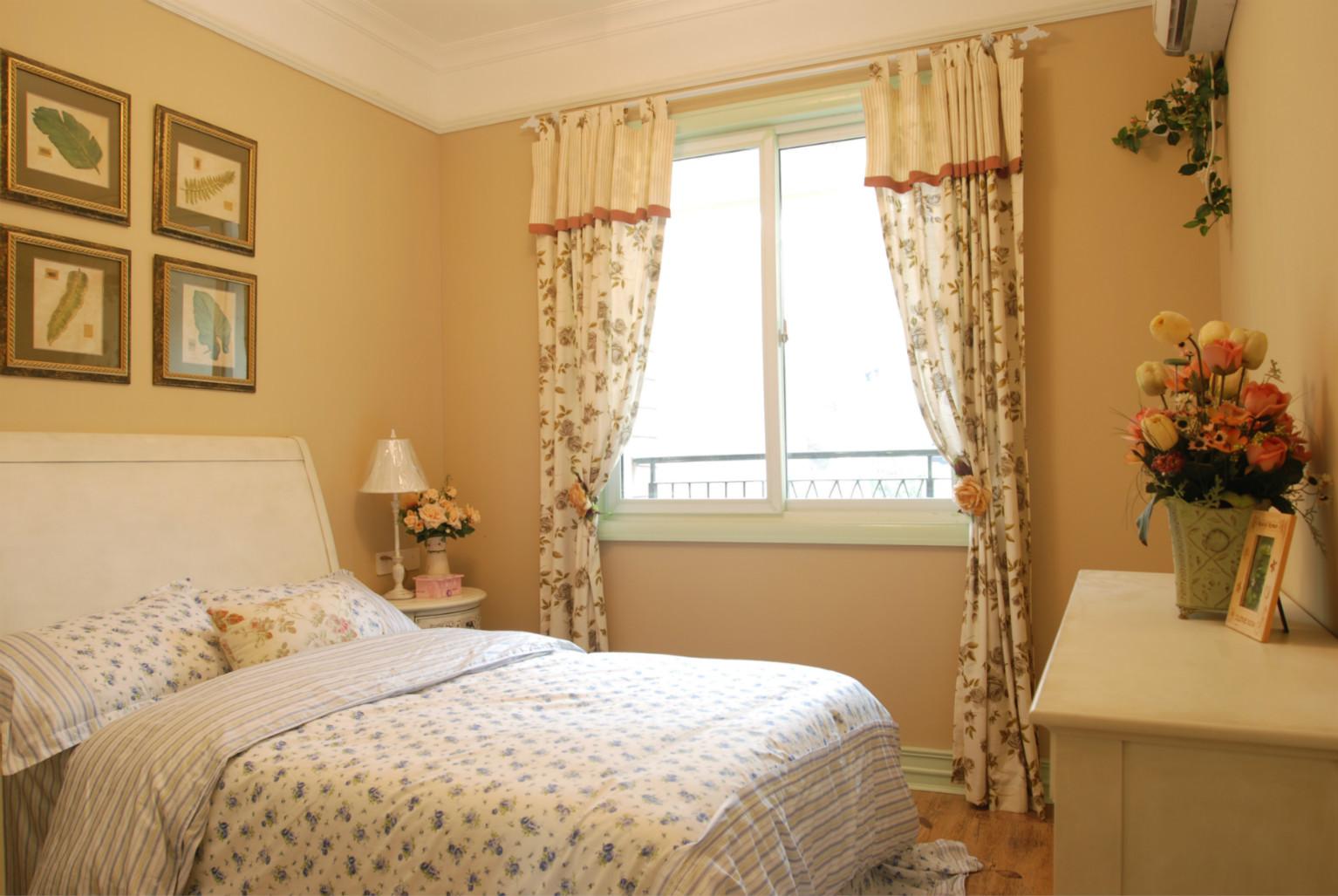 卧室也是比较温馨淡雅的,浅色布置,随处可见的碎花窗帘以及床单,桌上还摆有一盆小花。