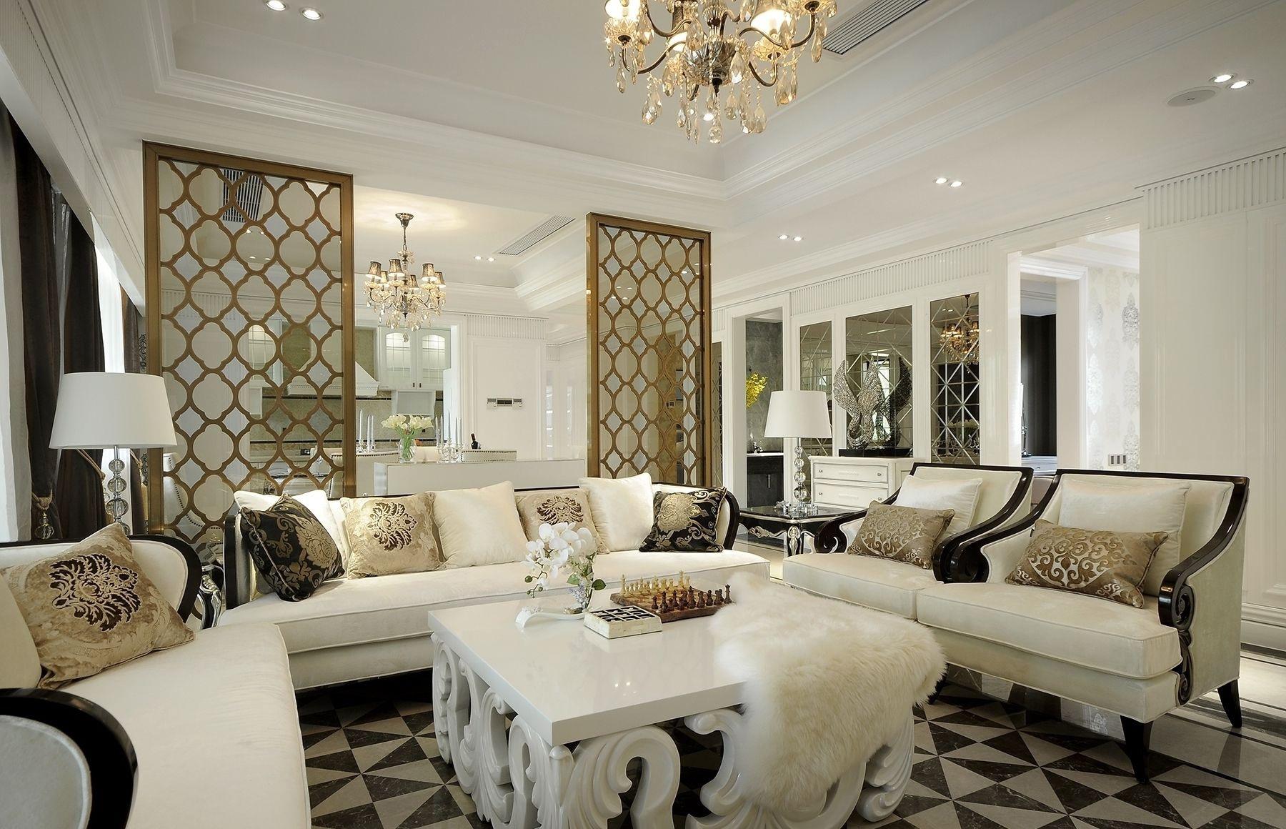 皮质的沙发,白色的茶几,精致的吊灯点缀着整个客厅的别致