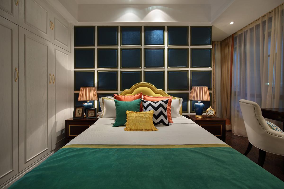 儿童房加入了黄、绿、橙等亮色为点缀色,搭配蓝色方块设计背景墙,整体氛围活泼自然。