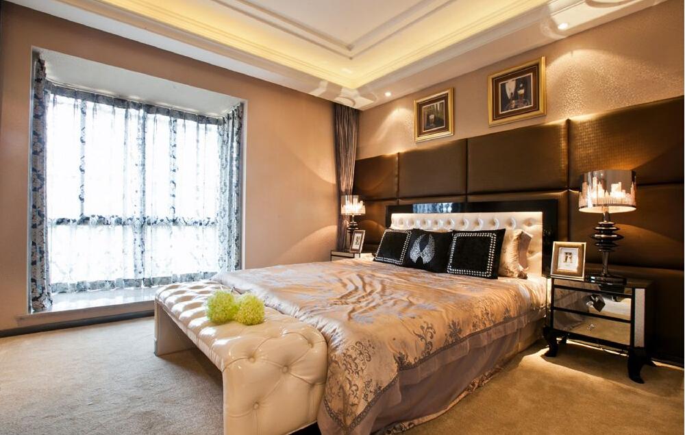 卧室里以黑白色塑造经典的时尚简约,床头背景墙的情景画作吸人眼球,简单便捷又很环保。