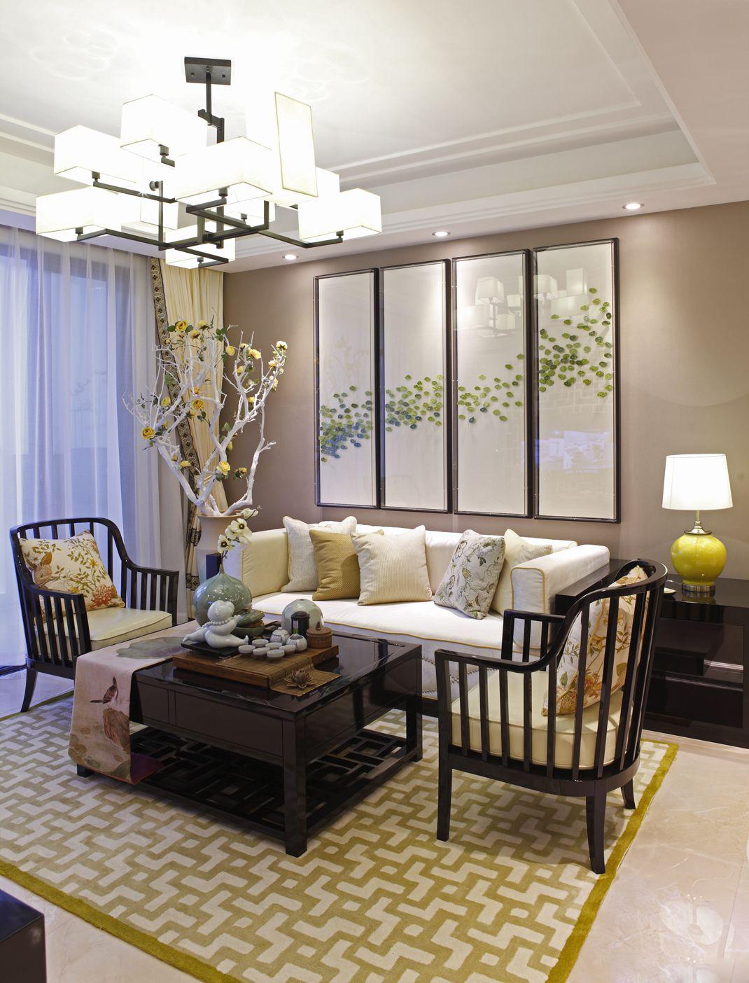 浅绿色图案的装饰画给整个空间增加了一抹清新之感,米黄色让客厅温馨自然。