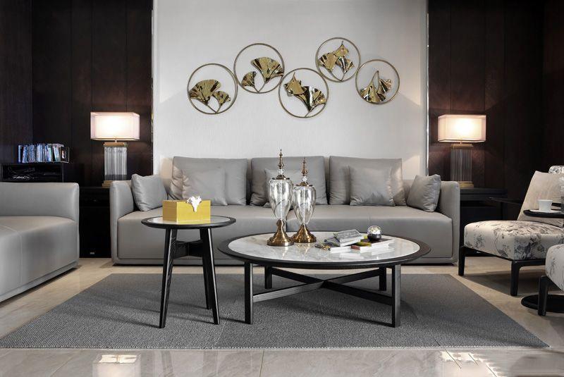 近看,墙上四幅烫金荷花壁画和沙发两侧的灯给人少许的中国风错觉。