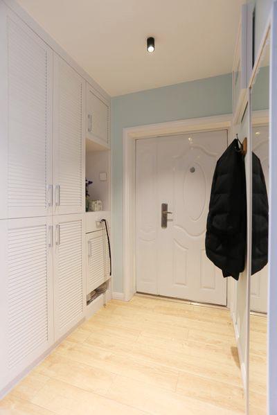进门,的鞋柜紧凑整齐,丰富的柜子拥有更多的储物空间。