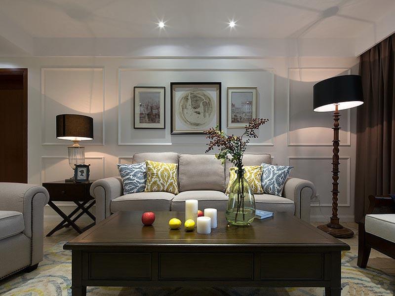 墙壁上用三幅壁画妆点,整个客厅变得丰富立体。