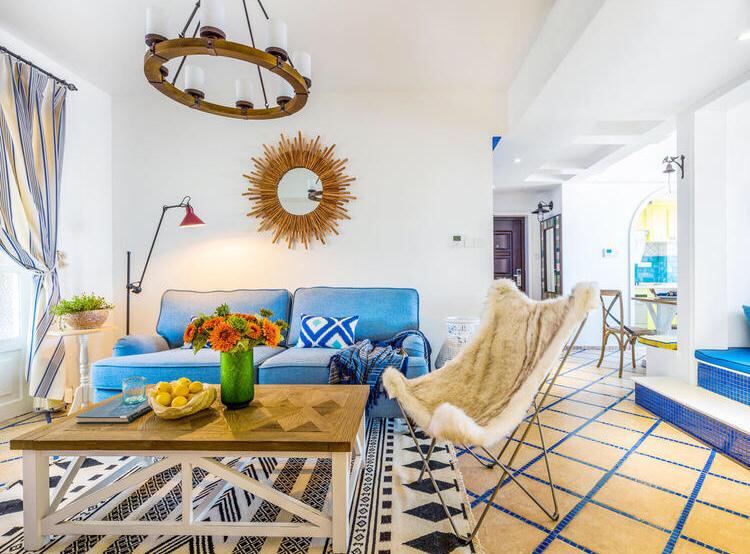 客厅别致的吊灯以及蓝色布艺沙发,整个客厅清新亮丽
