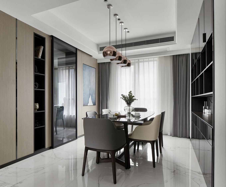 餐厅与厨房以玻璃透明推拉门相隔开,有利于光线的共享。
