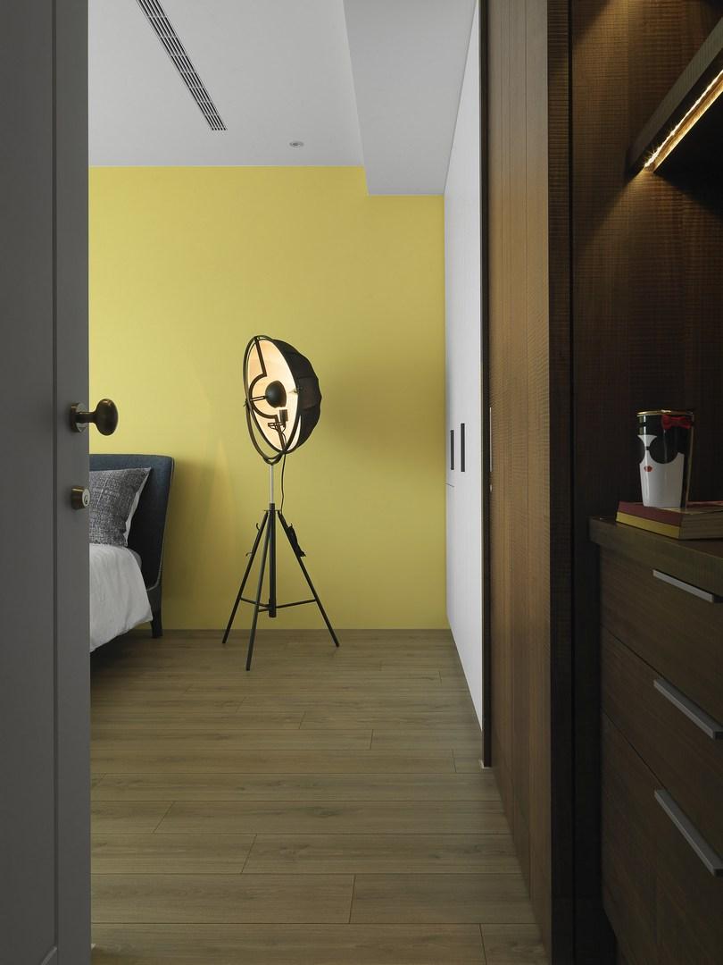 卧室的灯很是创意,有种旧时代的物品,更好的点缀了整个卧室的温馨