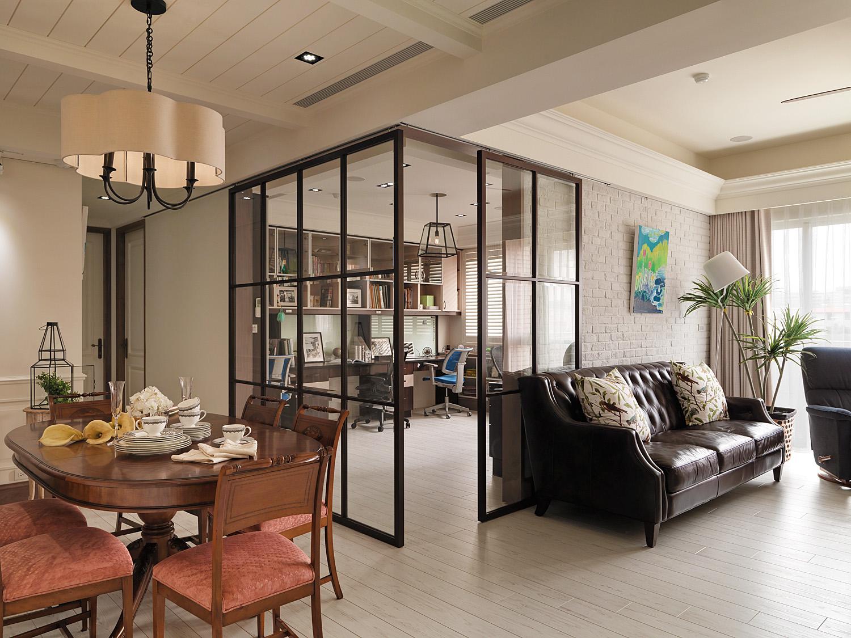 这个角度看过去可以清晰的看到客厅和书房,空间利用合理