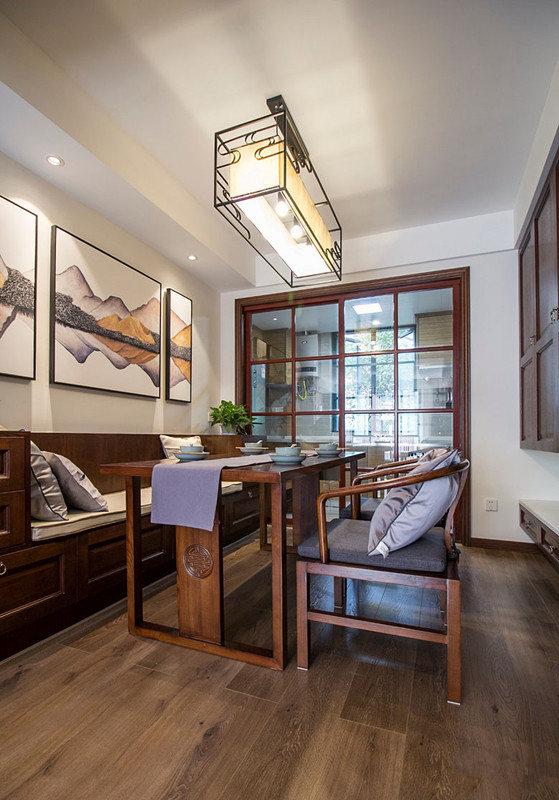 玻璃推拉门使餐厅与厨房隔而不断,餐厅内利用仿罗汉榻的卡座搭配厚重的实木餐桌椅,使空间大气且实用。