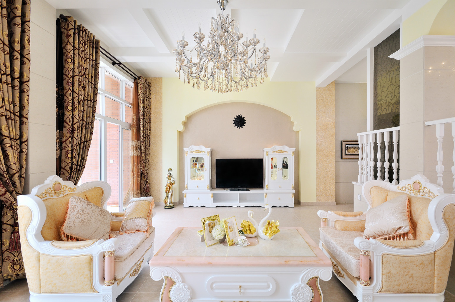 客厅斜对着庭院,打开玻璃门,庭院里的清新气息能盈满这个小客厅。