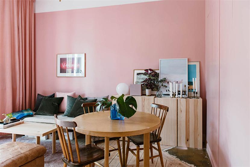 所有的墙面刷成粉色,增强了一体性,担心过于粉嫩造成视觉疲劳和气质轻挑。