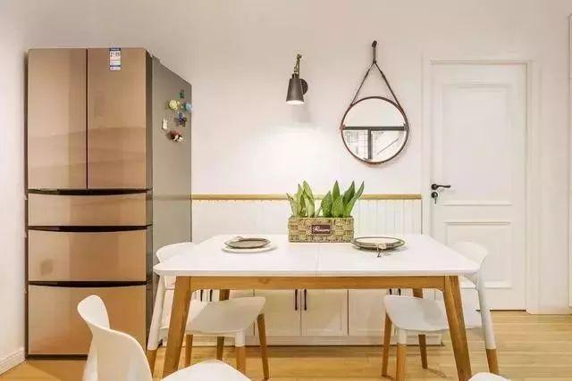 餐厅在靠墙的位置设置了卡座,满足多人用餐的同时也让整个空间更加宽敞。