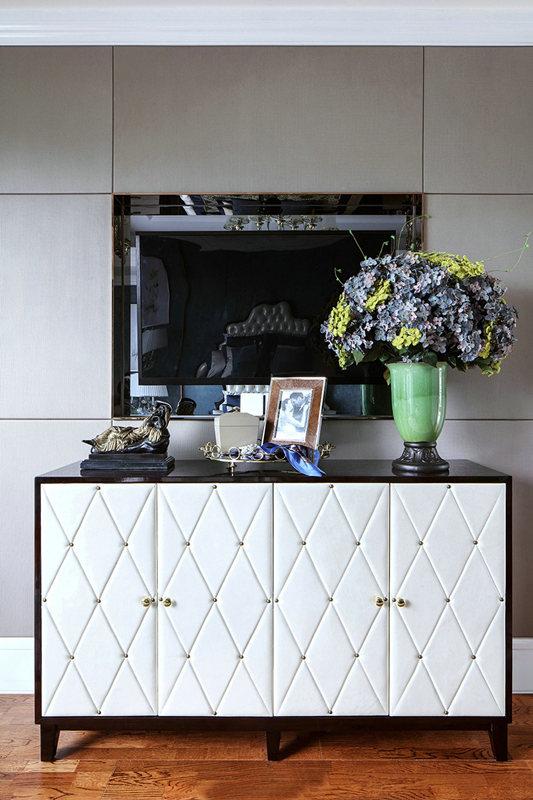 值得注意是,法式风格的家具腿部会镶上铜皮,这是其风格特点之一。