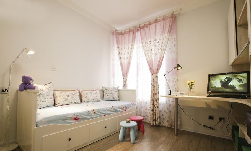 游戏间的柜式沙发,兼具起居和收纳,天蓝浅粉的搭配像小时候青涩的美梦。