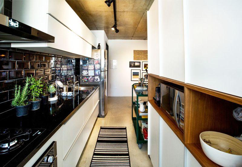 厨房呈纵向分布,虽然狭窄但是功能富余,该有的功能一样不少,哪怕单身,生活也不能马虎。