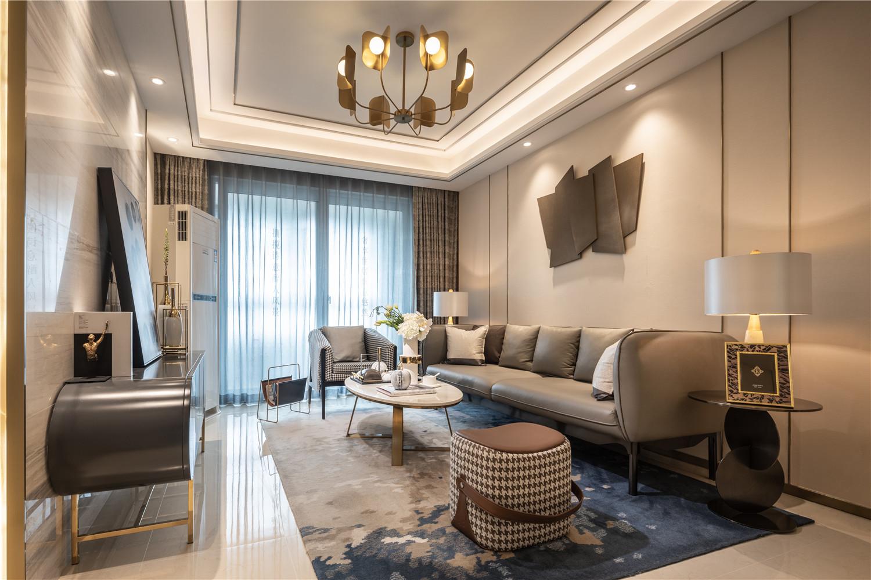 客厅整体以米杏色为主色调,营造精致的空间氛围感,软装上颇有质感的皮革沙发搭配简易的茶几,成熟又轻奢。