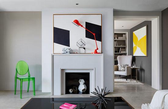 同款不同色的家居单品,相似的几何色块挂画,交错地出现在客厅、卧室、餐区,