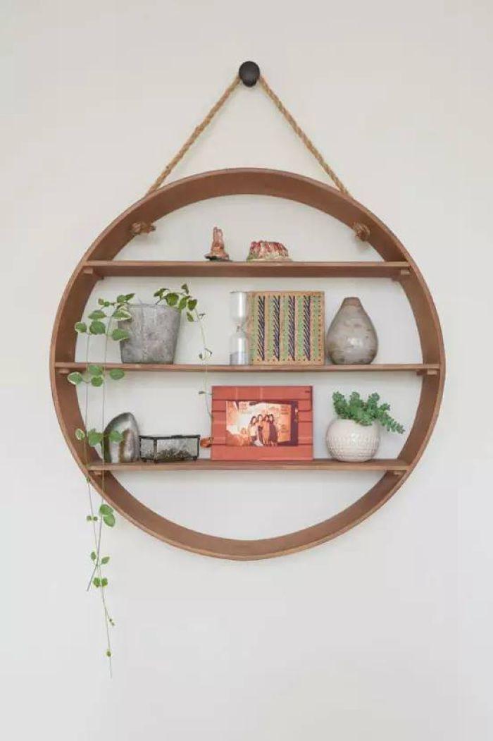 圆形的壁挂置物架就是一个亮点,不但可以用于收纳和展示,其本身也是富有个性的墙面装饰。