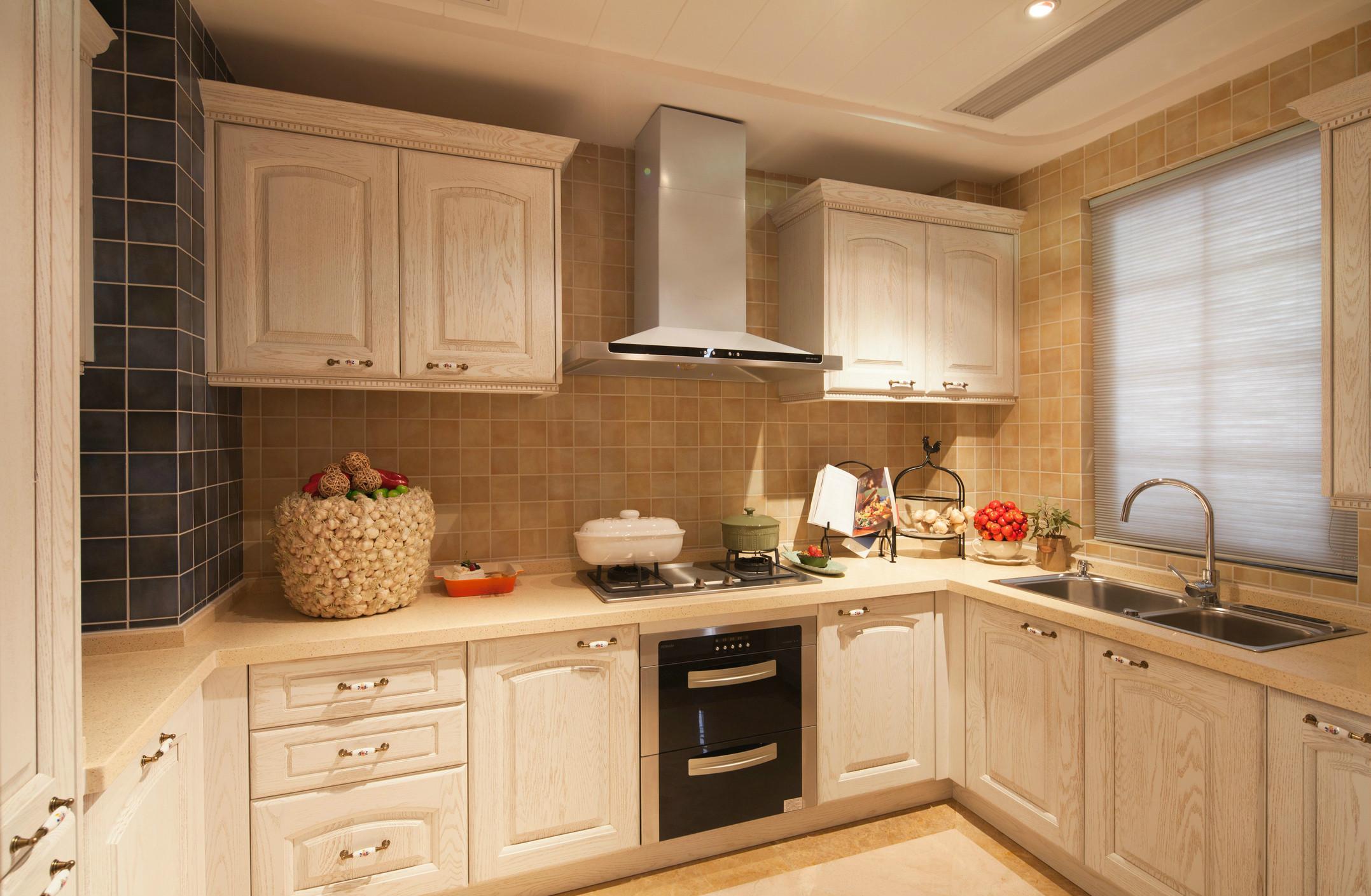 厨房是统一色调,搭配的整体性将华丽大气延续至餐厅。