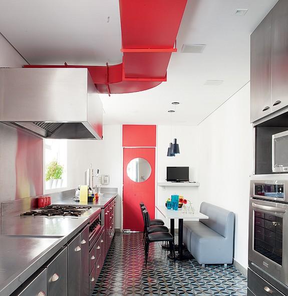 厨房以红色点缀白色空间 ,造型独特的吊灯成为视觉焦点。