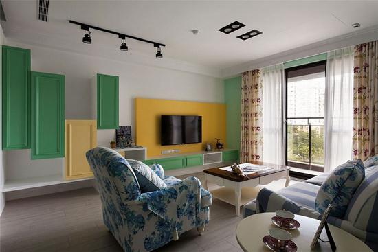 红色调花草图腾窗帘呼应浅蓝色沙发布,在家饰软件处表现美式乡村的缤纷喧闹。