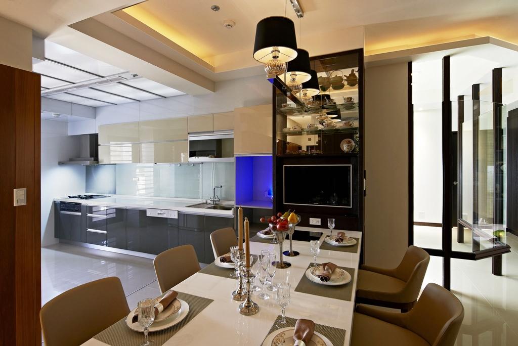 餐厅墙面铺满收纳空间,不仅起到了扩容的效果,也更加时尚摩登。