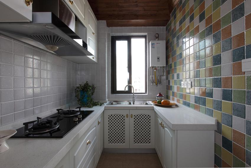 厨房的一整面前使用了彩色方砖,用最简单直接的方式,为空间增加趣味性。