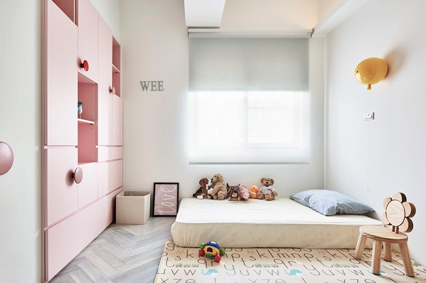 大量留白配上粉色系柜体,空气中充满少女气息。