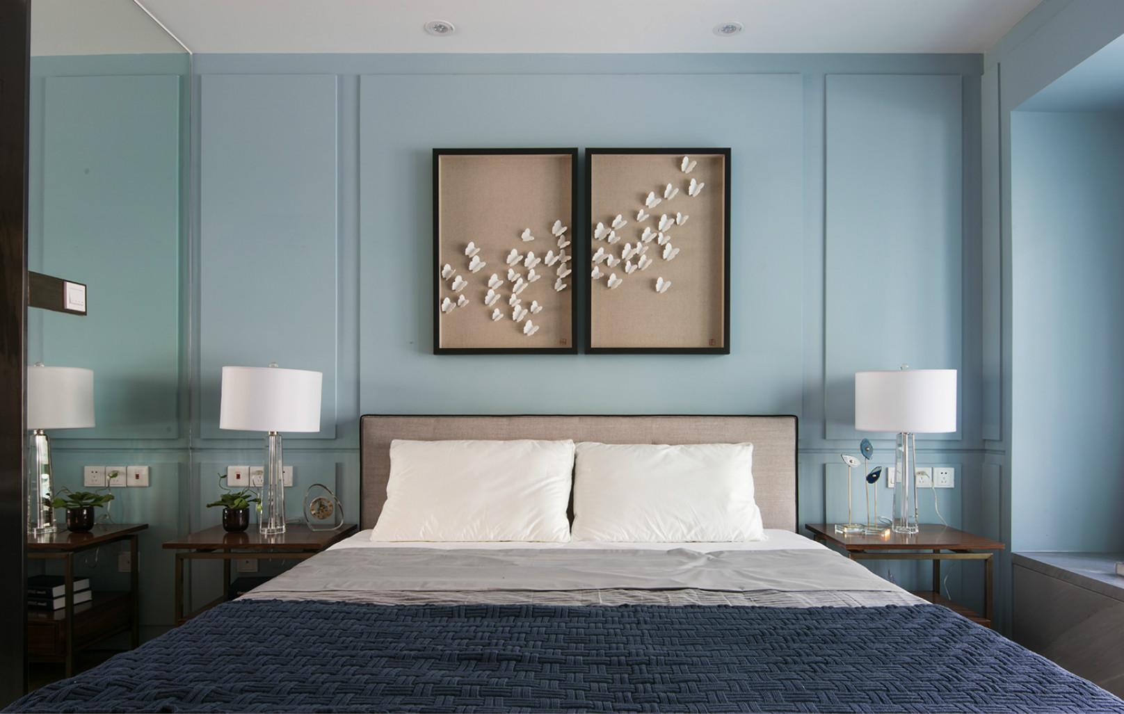卧室的墙面没挂画装饰,非常干净,给屋子创造出温馨的氛围。