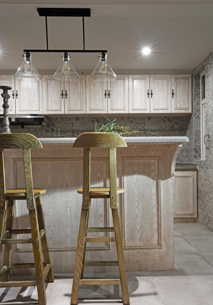 设计师非常注重生活感受和居住舒适度的需求,厨房的布置沿袭了浪漫的法式风情,但也多了几分干练。