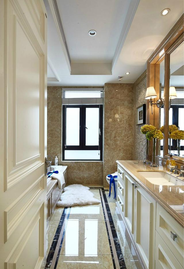自然舒适的浴室十分时尚,墙砖与地砖的合理搭配让空间更协调。