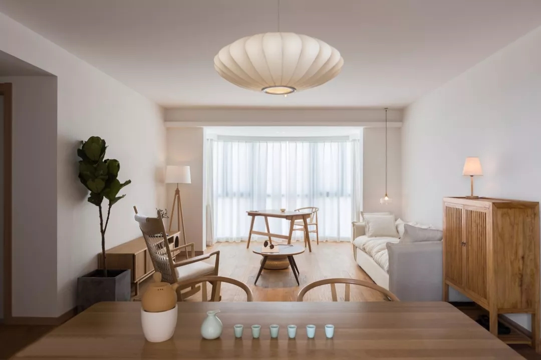 从餐厅位置望向客厅,整个空间看起来格外清新文艺,充满日式的慵懒感。